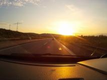 Sonnenaufgang über auf der Autobahn.