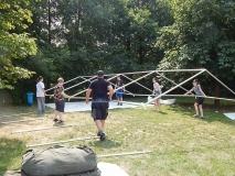 Das Zeltgestänge muss ausgerichtet werden.