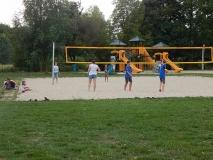 Das Beachvolleyballfeld wird getestet.