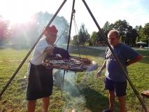 Joachim grillt, Herbert hält ihn bei Laune ;-)