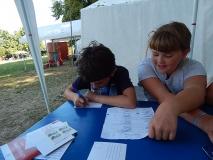Amelie und Benedict schreiben eine Postkarte