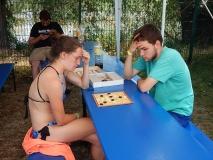 Katharina und Alex spielen Mühle