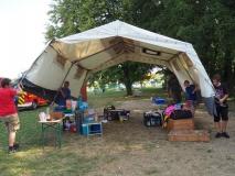 Ein laufendes Zelt in freier Wildbahn.